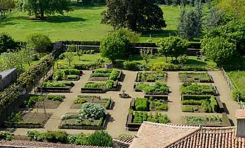 Le jardin m di val de bazoges en pareds arrosoirs et for Jardin medieval