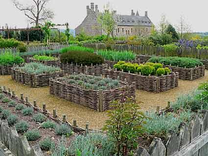 Des jardins dinspiration mdivale Arrosoirs et Scateurs