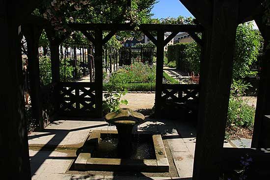 Jardin du prieuré Locmaria à Quimper (29) - Arrosoirs et ...
