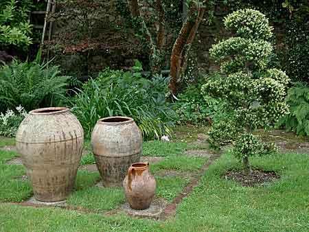 Les pots arrosoirs et s cateurs for Amphore de jardin